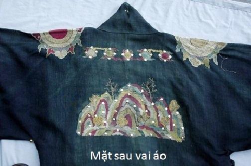 2 mặt trước, sau chiếc áo tế Trời (ảnh: Bảo tàng Cổ vật Cung đình Huế cung cấp)