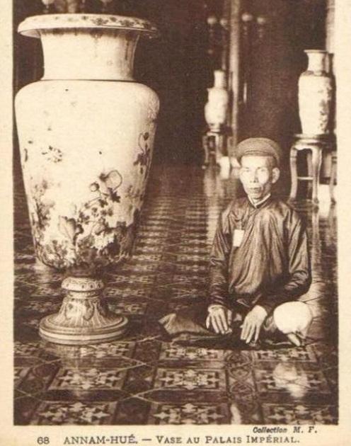 Các đồ cổ trưng bày trong cung điện Huế xưa
