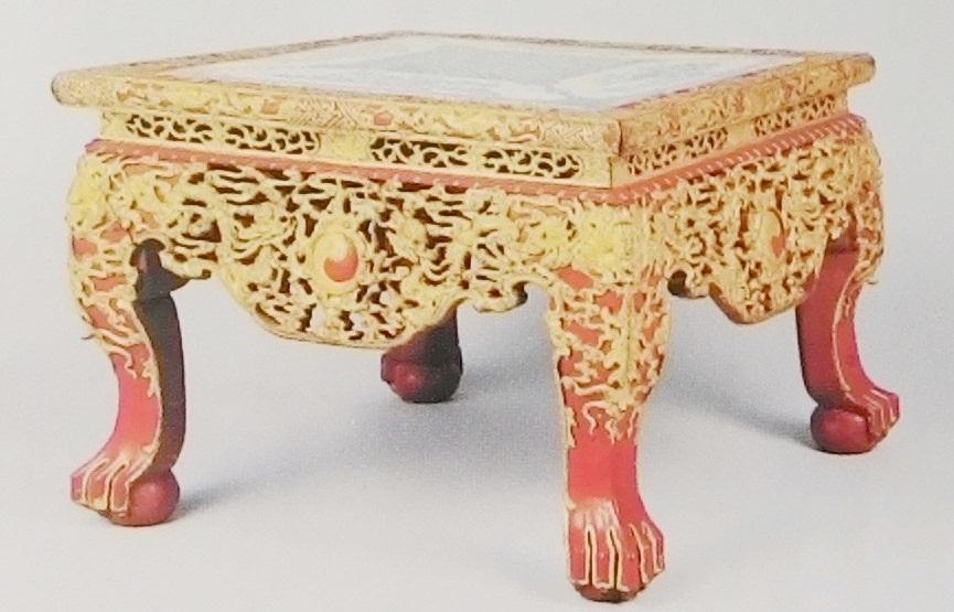 Chiếc bàn gỗ sơn son thếp vàng mặt sứ mà người dân hiến tặng cho Bảo tàng Cung đình Huế