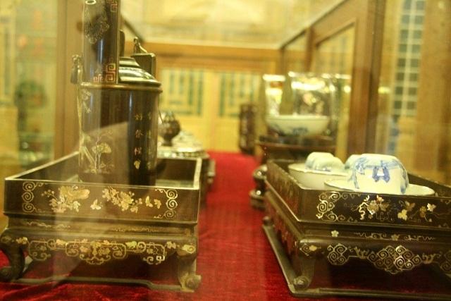 Bộ khay trà và bộ hút thuốc phiện cổ thời Nguyễn trưng bày tại Bảo tàng này