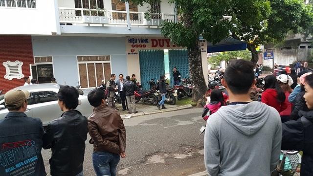 Người dân kéo đến xem công an khám nghiệm hiện trường tại tiệm vàng Thuận Thành Duy Mong