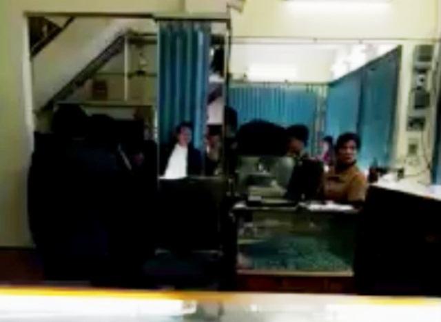 Công an làm việc phía trong tiệm vàng Thuận Thành Duy Mong chiều nay
