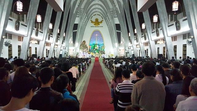 Cầu nguyện trong thánh đường nhà thờ Phủ Cam vào 20h
