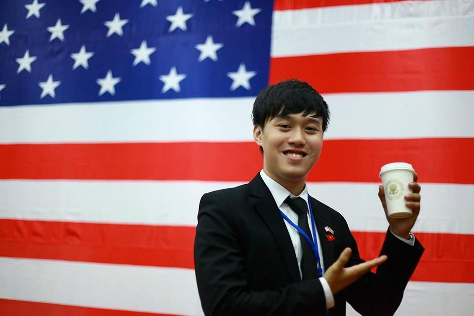 Chí Long may mắn được Ngài Obama tặng chiếc cốc