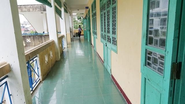 Đoạn hành lang tầng 3 của trường THCS Trần Phú nơi xảy ra vụ nhóm nữ sinh đánh bạn.