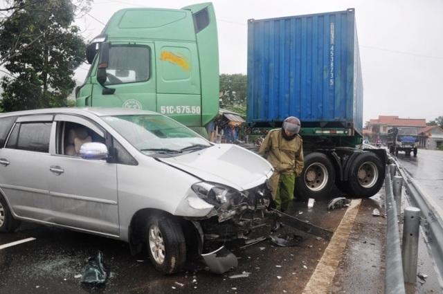 7 người thoát nạn kỳ diệu khi xe Innova bị xe container kéo lê - 1