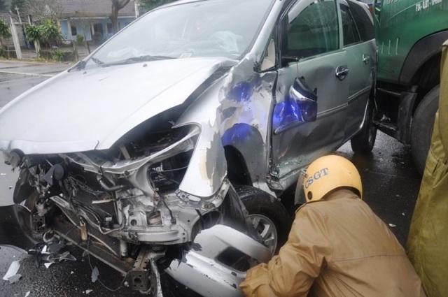 Chiếc xe 7 chỗ Innova bị đâm nát phần đầu và thân nhưng 7 người ngồi trên xe đã thoát nạn may mắn