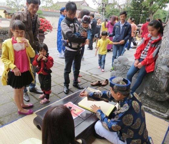 Tặng thư pháp cho du khách ngày đầu năm tại di tích Huế
