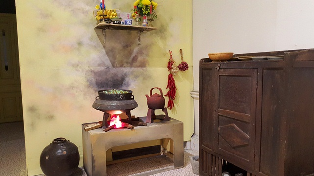 Gian bếp nhà người Huế đỏ lửa nấu bánh chưng bánh tét ngày Tết
