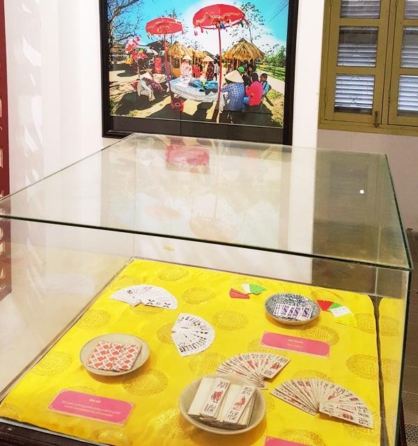 Hội bài chòi (ảnh trên) và các loại bài đa dạng được người Huế chơi trong dịp Tết như bài tới, bài kiệu, bài tứ sắc trưng bày trong tủ kính bên dưới