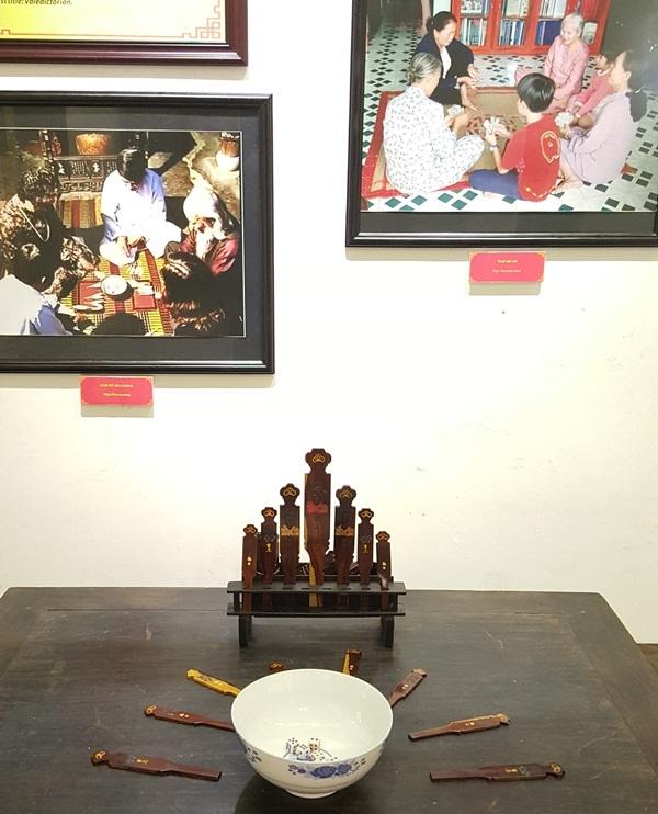 Trò chơi dân gian có nguồn gốc từ cung đình lan ra: Đổ Xăm hường. Đây là trò chơi có ở rất nhiều người Huế xưa