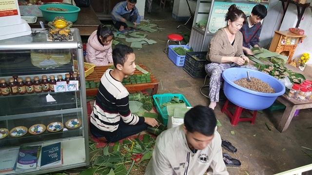 Cả nhà không đủ người phải huy động bà con dưới quê lên để gói tré - tại tiệm Đông Ba