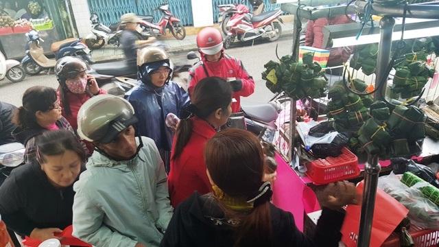 Người dân và du khách chờ mua đặc sản Tré cố đô về làm quà Tết và dọn nhà đãi khách