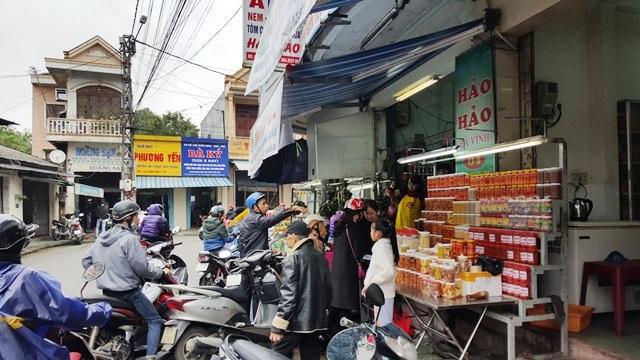 Khu phố cổ Đào Duy Từ tấp nập người mua Tré và cả nem, chả ngày cuối năm