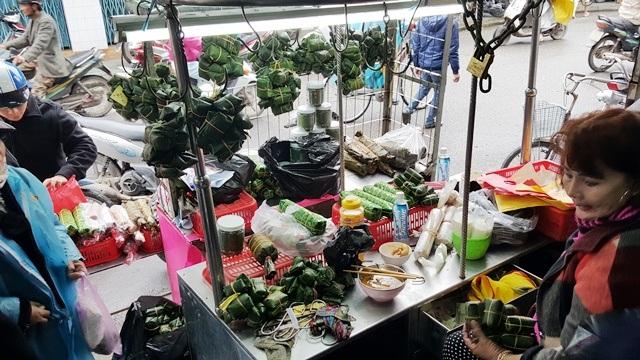 Chị Hảo không ăn hết tô bún từ sáng đến trưa do khách vào mua tré quá đông