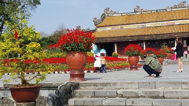 Phía bậc cấp dẫn lên sân chầu trước điện Thái Hòa