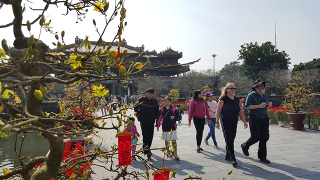 Chính nhờ sự trang trí đẹp tại các điểm di tích đã làm cho du khách thích thú tới thăm Huế không những dịp Tết mà trọn các ngày trong năm