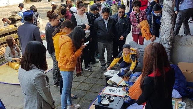 Nhiều du khách, người dân đã xin chữ lấy may mắn, tài lộc cho năm mới