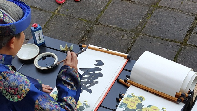 Ông đồ Hải Trung đang cho chữ thư pháp đầu xuân