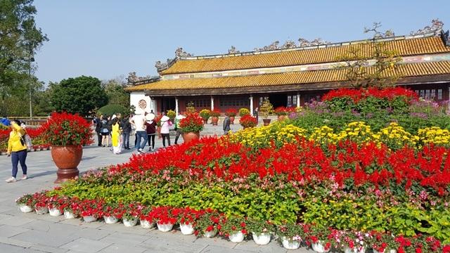 Sân điện Thái Hòa được trang trí 2 thảm hoa khổng lồ rất ấn tượng