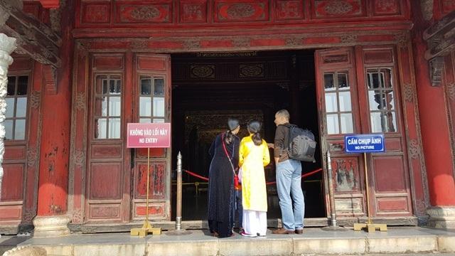 Gia đình mặc áo dài xưa đi thăm cung điện Huế
