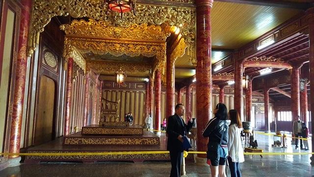 Phía trong điện Thái Hòa, ở ngai vàng và bửu tán của nhà vua