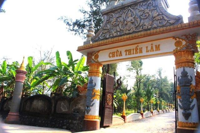 Cổng chùa được thiết kế ấn tượng và độc đáo theo phong cách Nam Tông
