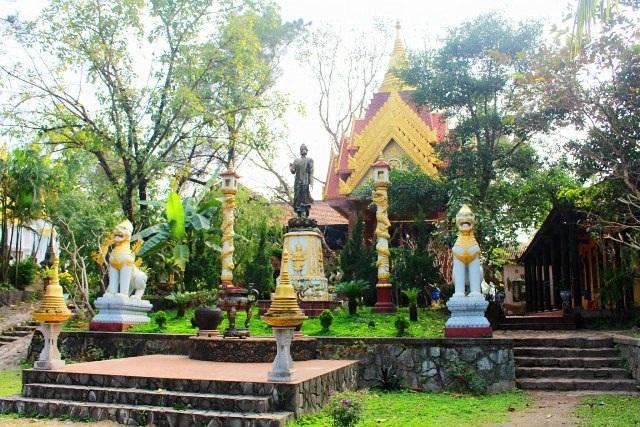 Từ cổng đi thẳng vào chùa sẽ gặp một khu vườn với bức tượng Đức Phật bằng đồng ở giữa với tư thế đang đứng, dáng vẻ uy nghi, xung quanh bài trí tượng, trụ biểu, Phật tháp…