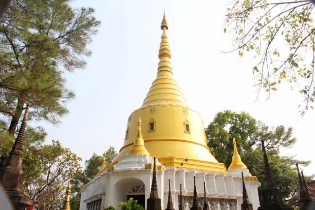 Được xây dựng theo cảm hứng từ các mẫu tháp chùa ở Myanmar, ngôi Bảo tháp Xá Lợi cao 15m, đỉnh nhọn và được sơn hai màu vàng trắng có hình dạng như chiếc chuông úp ngược. Bảo tháp có 2 phần: Tầng dưới là chính điện, tầng trên là tôn trí Xá lợi Phật Thích Ca và chư Thánh tăng. Đây là điểm nhấn kiến trúc thú hút nhất của chùa Thiền Lâm