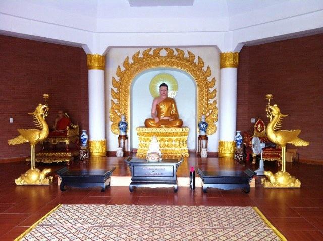 Bên trong chính điện của bảo tháp là bức tượng Đức Phật Thích Ca Mâu Ni cao 1,6m trên bảo tọa cao hơn 2m đang ngồi tọa thiền rất hiền từ. Bên trái là tượng của Hòa thượng Hộ Nhẫn – người xây dựng nên ngôi chùa Thiền Lâm này. Bên phải là nơi đặt chiếc ghế với các thư mục, sách nghiên cứu về Phật giáo. Được thiết kết rất đơn giản nhưng chánh điện vẫn toát lên được vẻ trang nghiêm