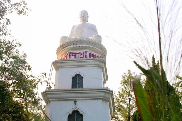 Trước khuôn viên chùa, phía bên trái còn có bảo tượng Ðức Phật toạ thiền, quay mặt về hướng Ðông cao 5,2 mét. Bảo tượng được đặt trên bảo đài 3 tầng cao 9 mét nên càng có nét uy nghiêm