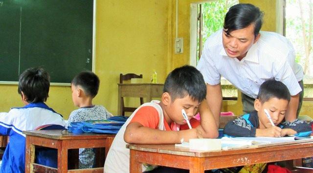 Thầy Thiết bắt đầu dạy từ lớp 1, đến lớp 2 và lớp 3 theo vòng tròn. Trong 1 lớp học có đến 3 khối lớp khiến thầy phải rất vất vả khi dạy học