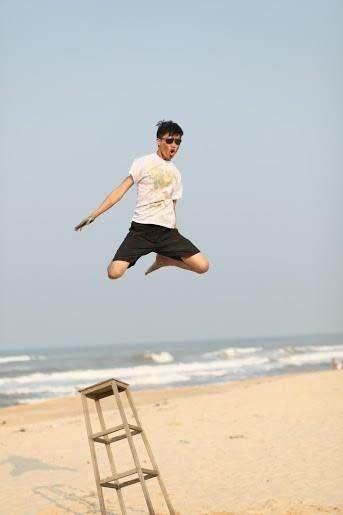 Ảnh kỷ yếu của một thành viên năm cuối trường Đại học Y Dược Huế tại bãi biển Thuận An