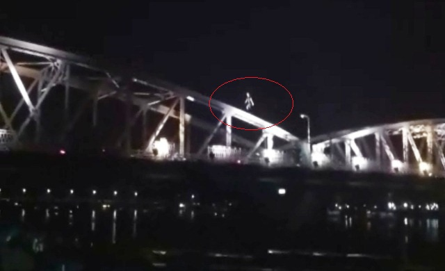 Thót tim nhìn nam thanh niên chạy trên vòm cầu Trường Tiền cao chót vót - 1