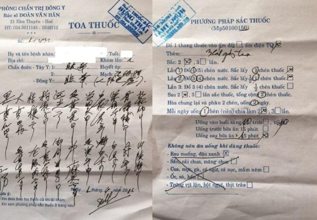 Bác sĩ Hân kê toa thuốc bằng chữ Trung Quốc