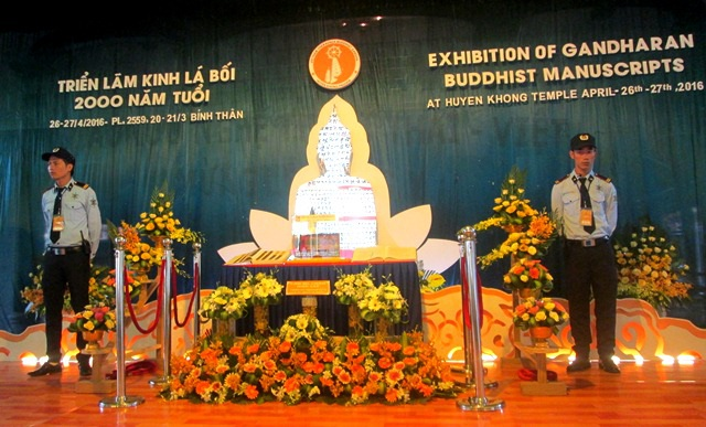 Do là di sản cổ xưa quý giá cho nên bản kinh Phật được canh giữ cẩn mật trong suốt triển lãm