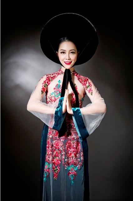 Bộ sưu tập áo dài Non thiêng từ NTK Đức Hùng với diễn viên múa Linh Nga