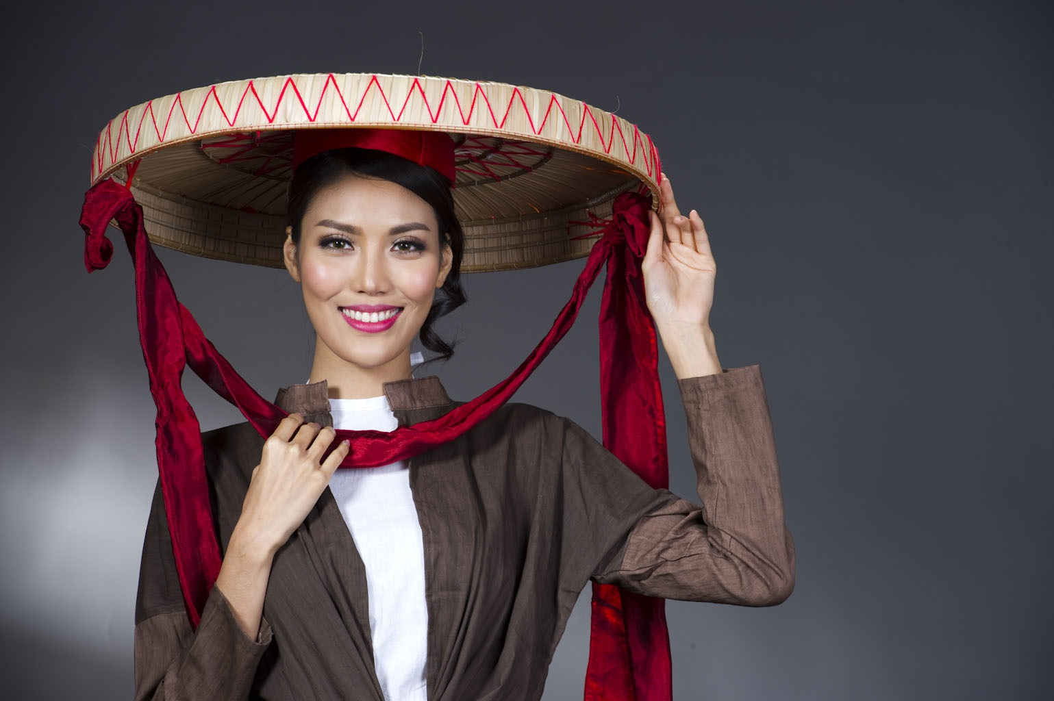 Lan Khuê - Top 11 Hoa hậu Thế giới 2015 là Đại sứ cho Lễ hội Áo Dài trong Festival Huế 2016