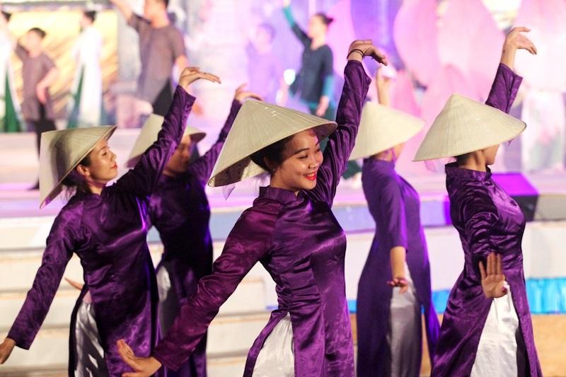 Minh họa từ tốp ca hát múa: Hà Nội – Huế – Sài Gòn