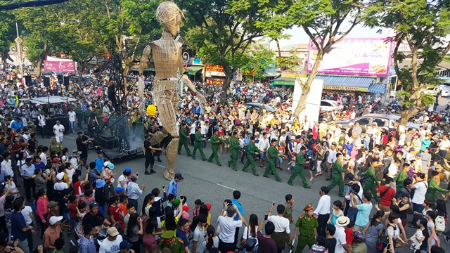 Chú rối đi chầm chậm và nhìn mọi người trên đường Trần Hưng Đạo, TP Huế