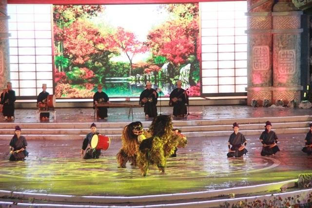 Đoàn múa truyền thống Takamine Hisae của thành phố Okinawa, Nhật Bản