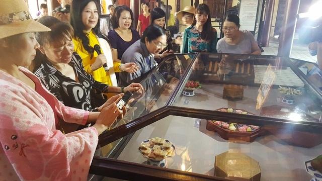 Du khách thích thú chụp ảnh và chiêm ngưỡng các loại bánh mứt cung đình Huế lần đầu được phục hiện