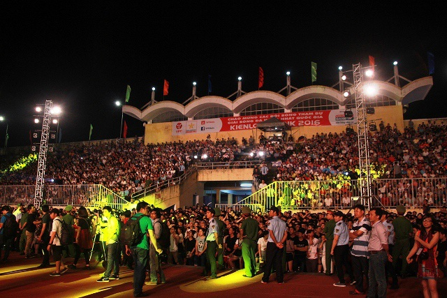 Hàng ngàn bạn trẻ tới sân vận động Tự Do để được hòa mình vào đêm nhạc.