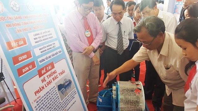 Lãnh đạo tỉnh Thừa Thiên Huế và Sở GD-ĐT tỉnh đang chăm chú xem Hệ thống phân loại rác thải