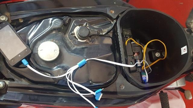 Bộ sạc điện thoại trên xe máy