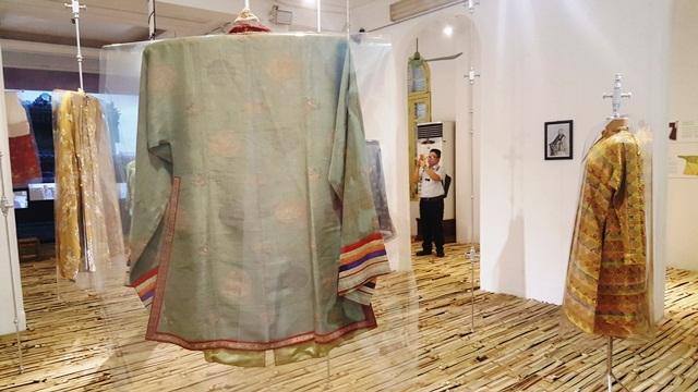 Thú vị áo dài cung đình Huế xưa sắp đặt trên nền nhà từ đòn gánh tre - 7