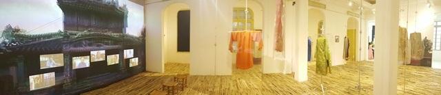 Thú vị áo dài cung đình Huế xưa sắp đặt trên nền nhà từ đòn gánh tre - 1