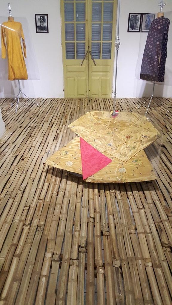 Và sàn được lót bằng đòn gánh tre gợi về hình ảnh nhà nông - nền kinh tế chủ đạo thời xưa của đất nước ta