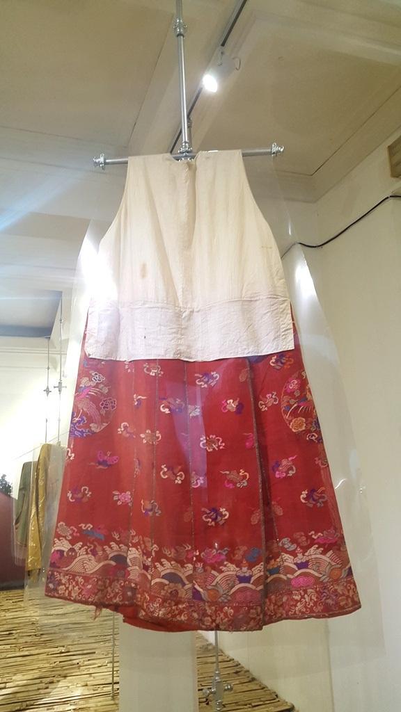 Thú vị áo dài cung đình Huế xưa sắp đặt trên nền nhà từ đòn gánh tre - 4