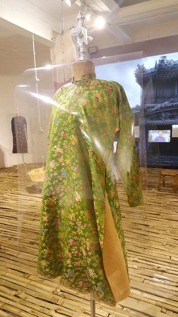 Thú vị áo dài cung đình Huế xưa sắp đặt trên nền nhà từ đòn gánh tre - 3